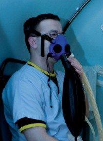 hyperbare zuurstoftherapie wordt via een mondkapje toegediend