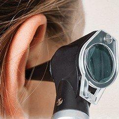 KNO-heelkunde - onderzoek met otoscoop door KNO-arts