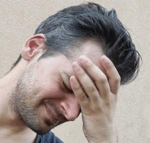 cervicogene hoofdpijn - man met stress
