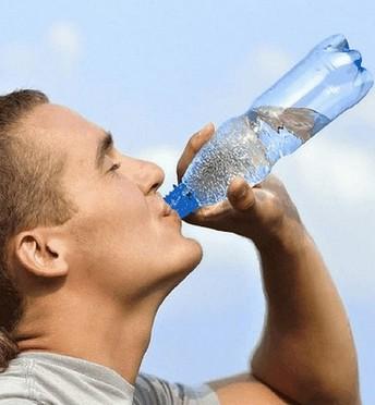 spierkrampen - water drinken om dehydratie tegen te gaan
