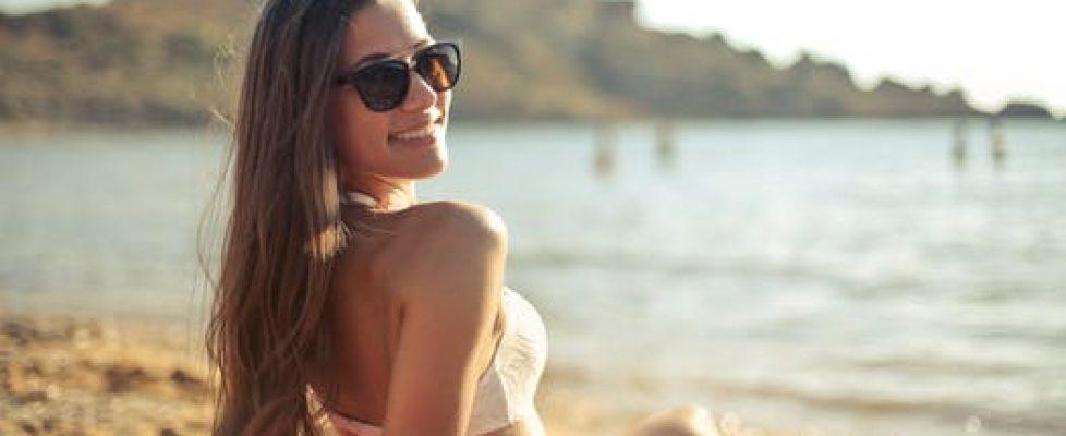 verstandig zonnen in bikini