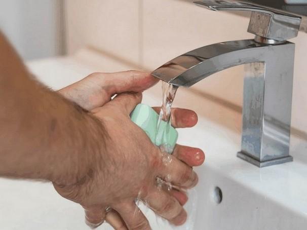 steeds maar weer handen wassen komt voor bij mensen met een dwangneurose (smetvrees)