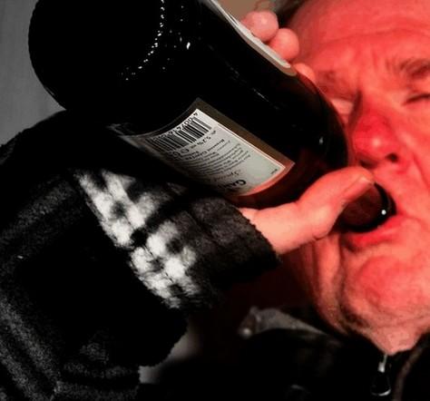 alcoholische gastritis wordt veroorzaakt door overmatig alcoholgebruik