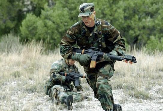 militairen lopen tijdens oefeningen met warme kleding en in de hitte een verhoogd risico op het oplopen van een hitteberoerte